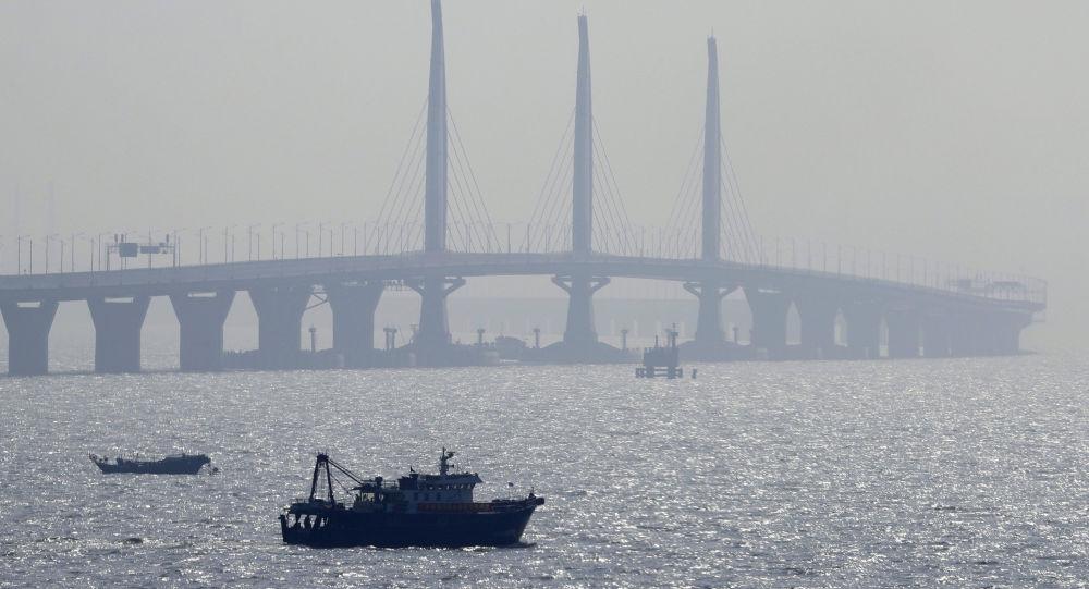 الصين تشهد تدشين أطول جسر بحري في العالم