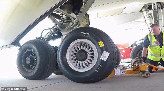 بالفيديو السريع : كيف يتم تغيير اطار طائرة عملاقة