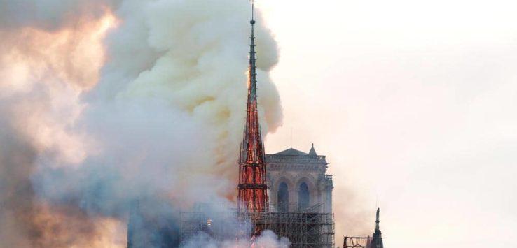 عمرها 850 عام : النار تشتعل في كاتدرائية نوتردام في فرنسا