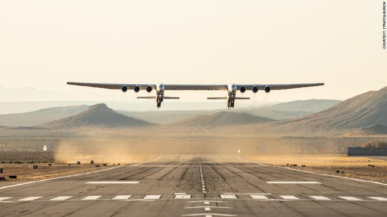 نجاح اول رحلة لاضخم طائرة في العالم