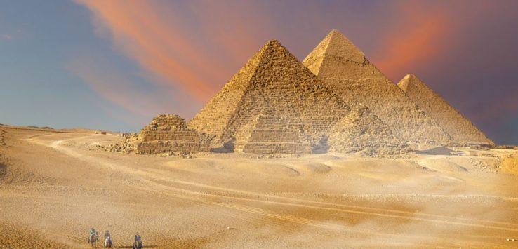 فتح هرمي خفرع ومنقرع للزوار في مصر